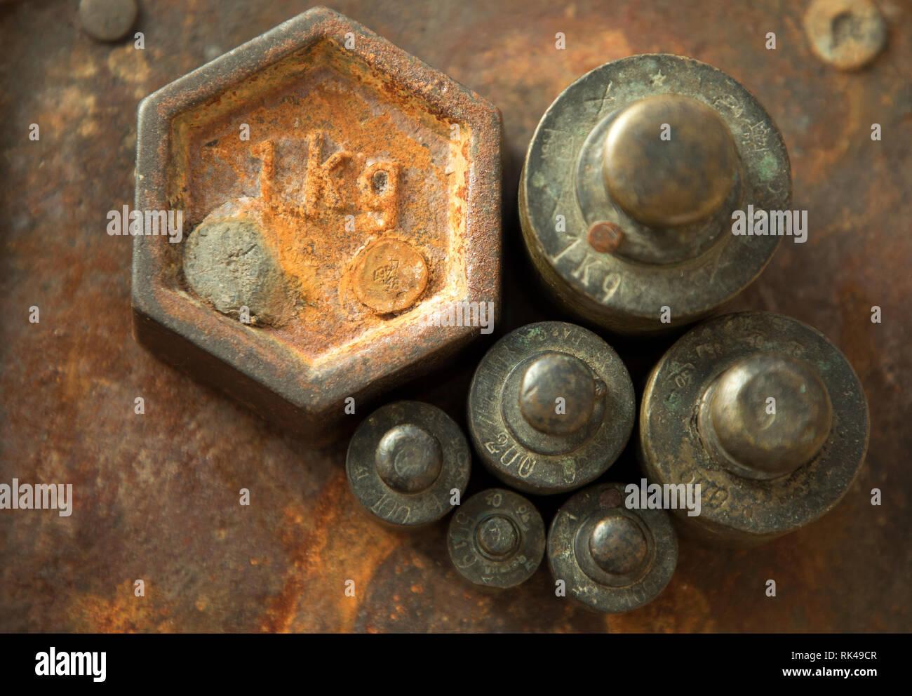 Pesas para escalas de retro. Vintage peso para una balanza, Contrapesos. Foto de stock