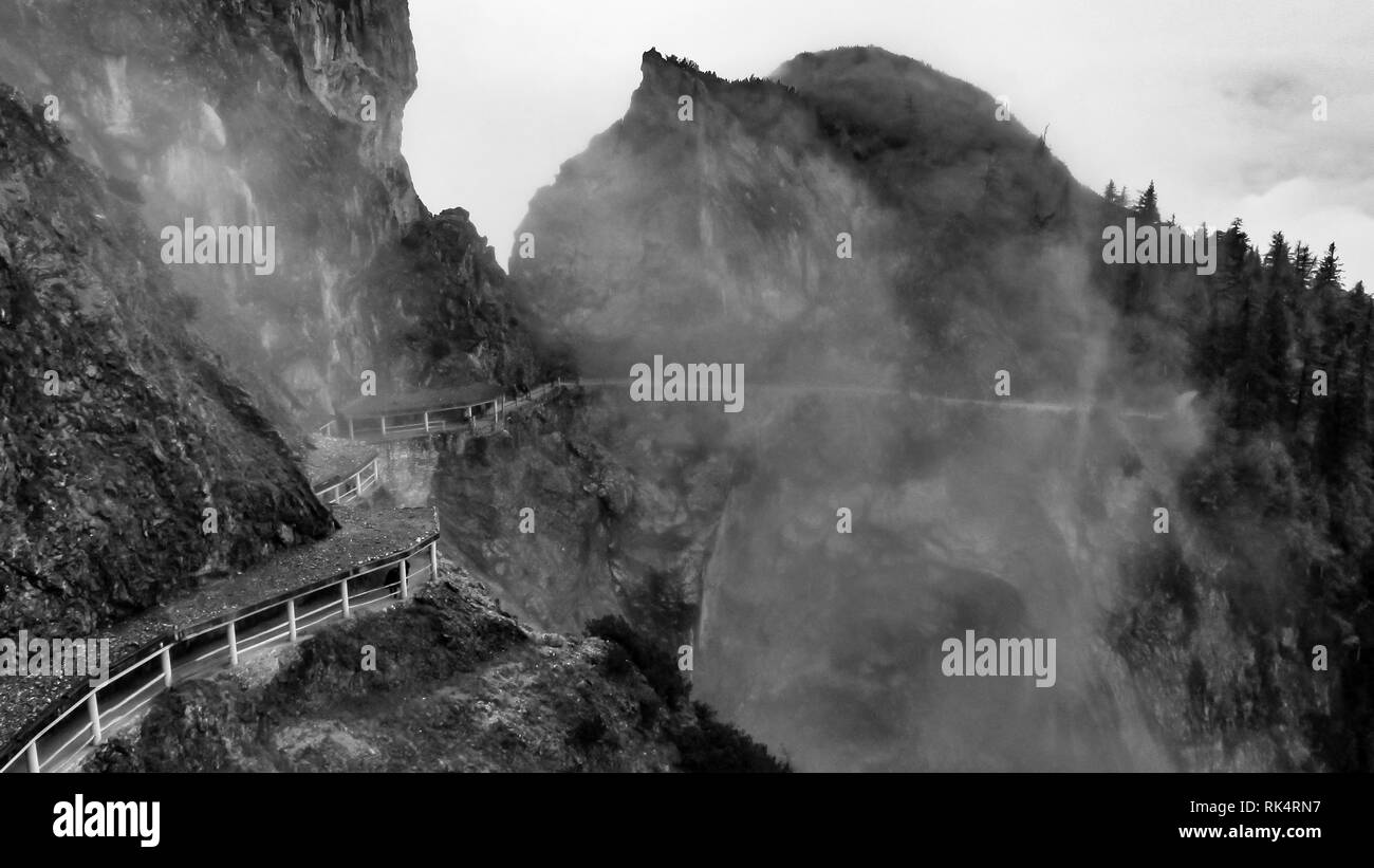 Ruta de montaña de niebla por la cueva de hielo Eisriesenwelt, Austria. Foto de stock
