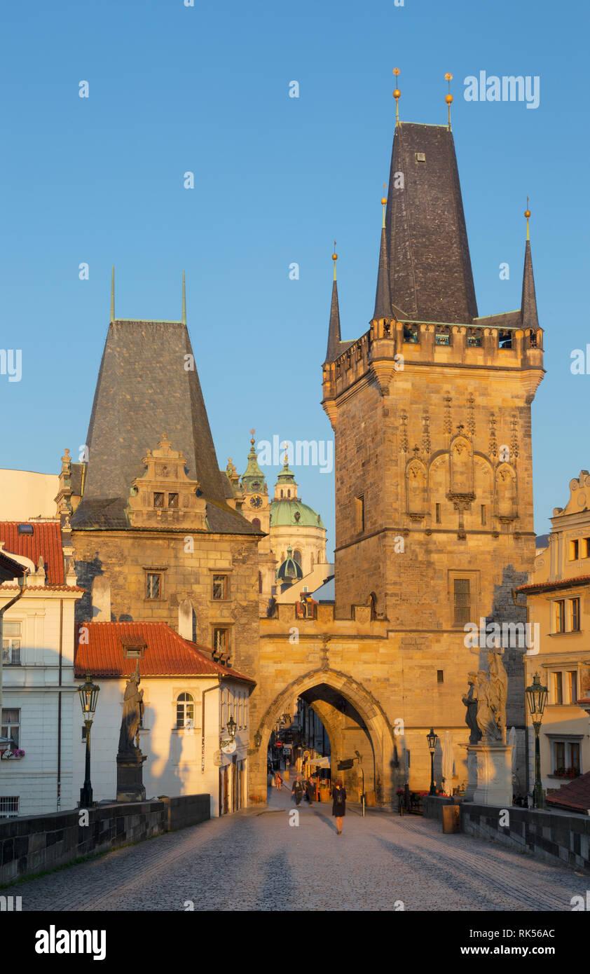 Praga - la torre oeste gótico del puente de Carlos y la iglesia de San Nicolás en la mañana. Foto de stock