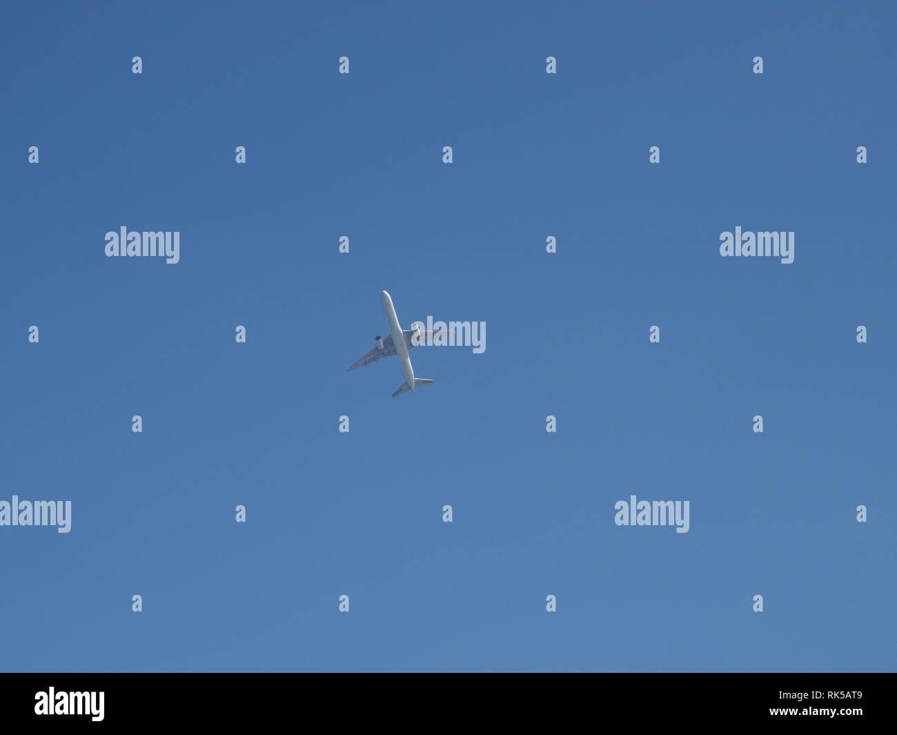 Avión en el cielo el avión vuela alto en el cielo sin nubes Imagen De Stock