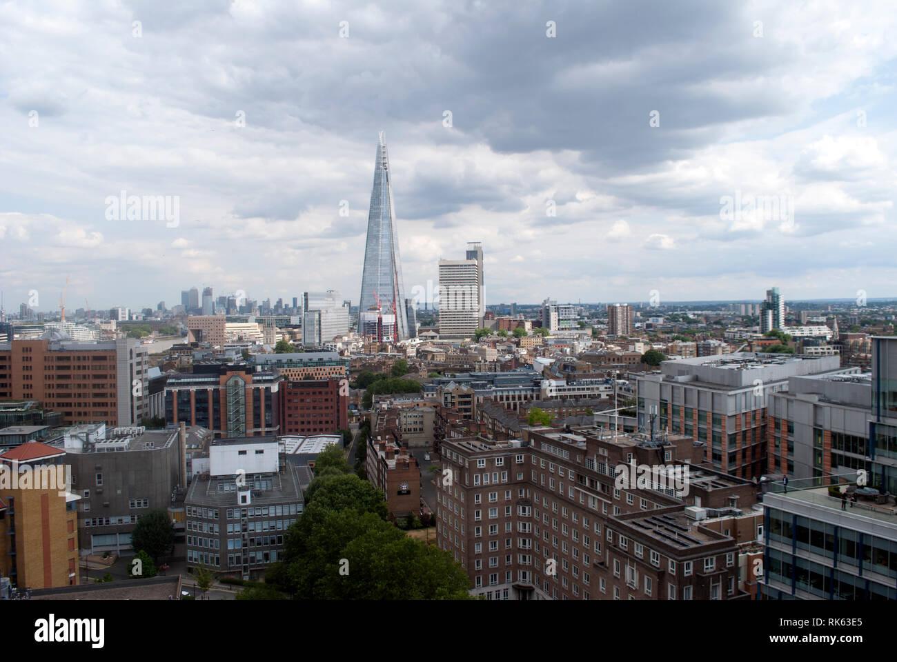 Vista de los edificios de Londres, incluyendo el fragmento de la parte superior del interruptor House en la galería de arte Tate Modern en Londres Imagen De Stock