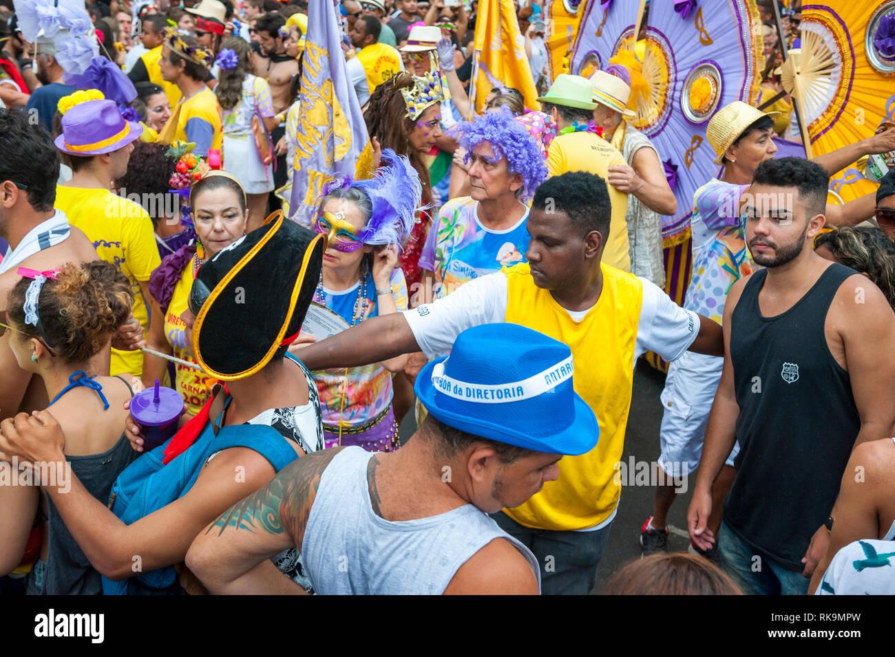 RIO DE JANEIRO - Febrero 28, 2017: los brasileños de todas las edades se disputan el espacio a Simpatia e quase Amor (simpatía es casi Amor) Carnival fiesta en la calle. Imagen De Stock