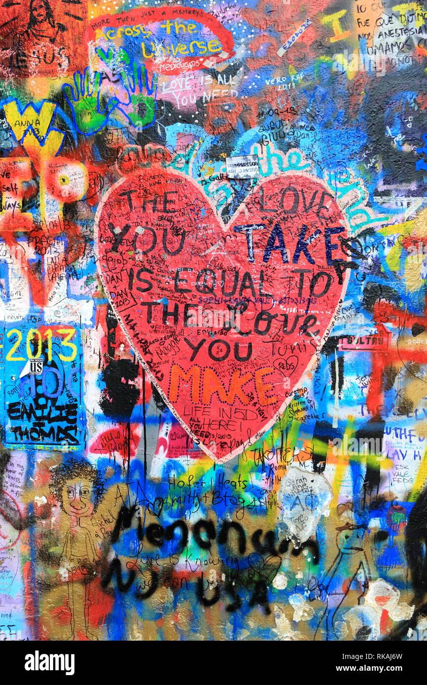 Praga, República Checa - 13 de diciembre de 2015.: John Lennon graffiti wall. Sólo para uso editorial. Foto de stock