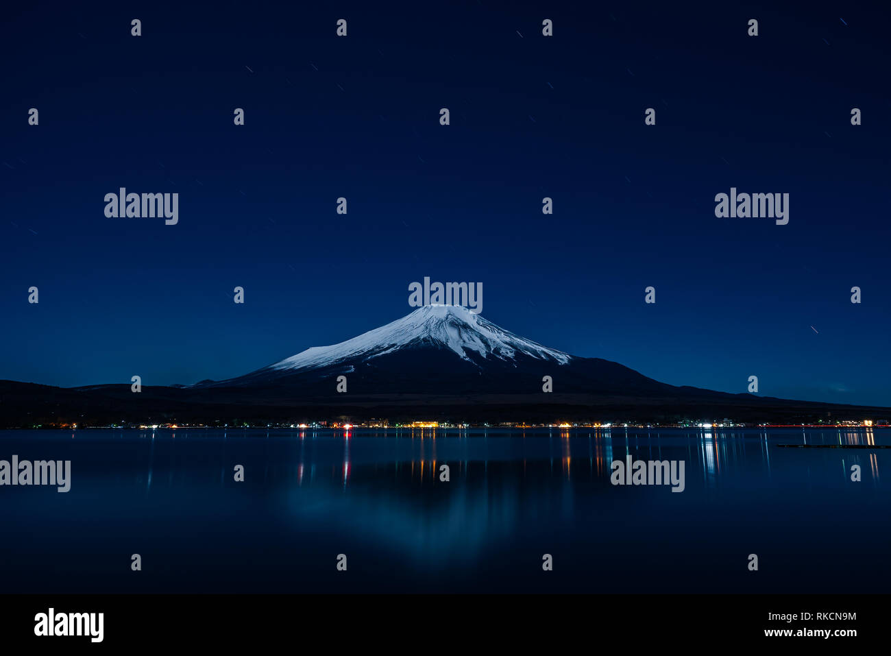 Nightview del Monte Fuji desde el lago Yamanaka en invierno. Foto de stock