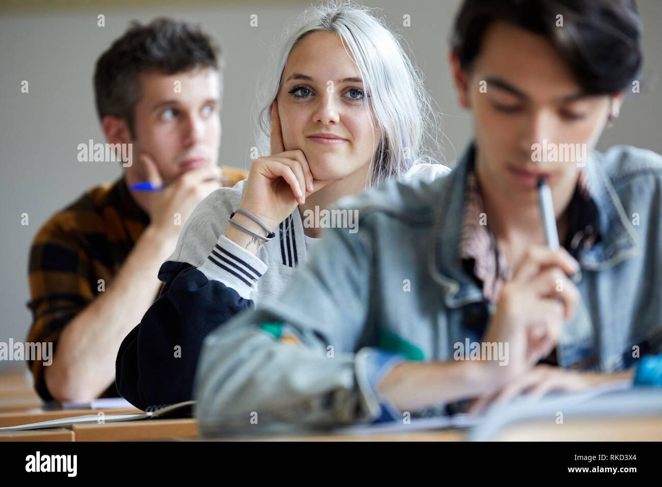 Los estudiantes, en el aula, el colegio, la Escuela de Estudios Empresariales de la Universidad, Donostia, San Sebastián, Gipuzkoa, País Vasco, España, Europa Foto de stock