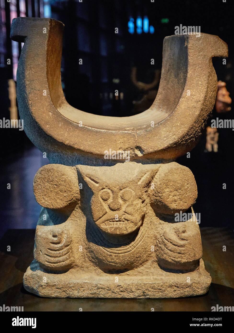 Banqueta chamánicos. Ecuador. Museo musée du Quai Branly, especializado en arte primitivo o tribal, el arquitecto Jean Nouvel. París. Francia Imagen De Stock