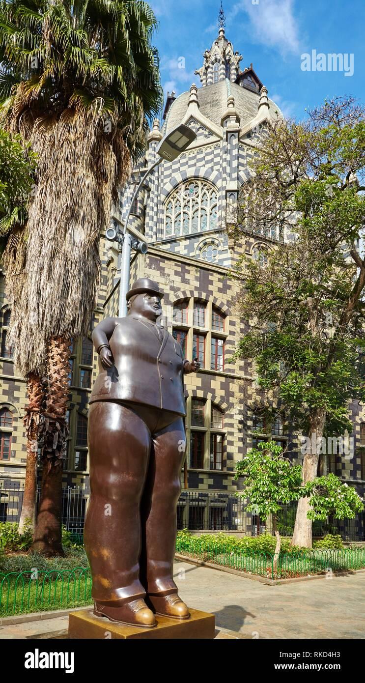 '''Hombre vestido'' la escultura de Fernando Botero, el Palacio de la Cultura, Plaza Fernando Botero, Medellín, Antioquia, Colombia, Sur America Imagen De Stock