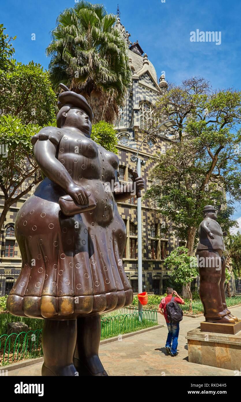'''Mujer vestida'' y ''hombre vestido'' esculturas de Fernando Botero, el Palacio de la Cultura, Plaza Fernando Botero, Medellín, Antioquia, Colombia, Imagen De Stock