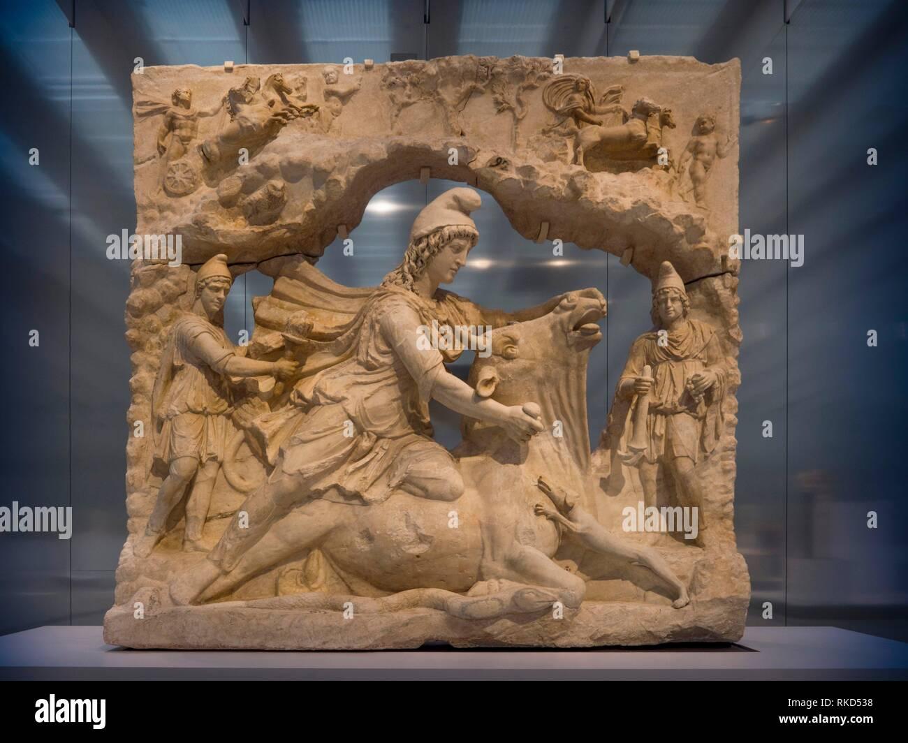 Francia, Hauts de Francia. Pas de Calais. Louvre-Lens: Socorro en representación de Mitra, Dios solar persa, sacrificando un toro, (mármol, Capitole de Roma, Imagen De Stock