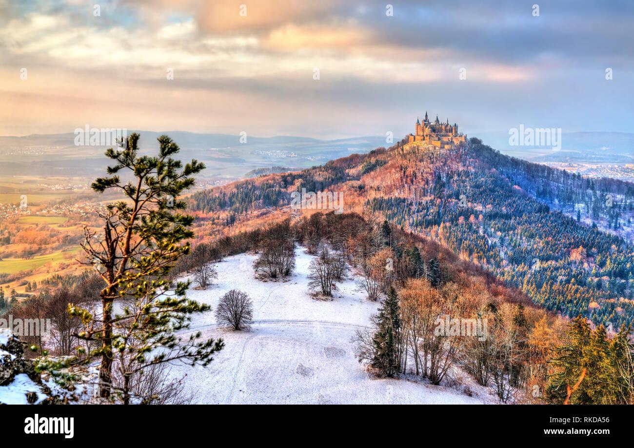 Vista invernal de Castillo de Hohenzollern, Alemania Foto de stock