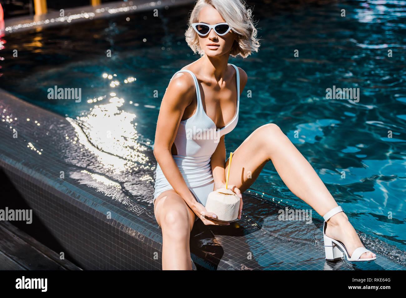 mejor servicio 1a38b cb381 Pin Up chica rubia en traje de baño sosteniendo el agua de ...