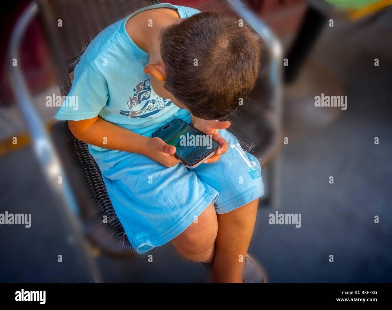 Chico con un ''electronic'' de la máquina. Imagen De Stock