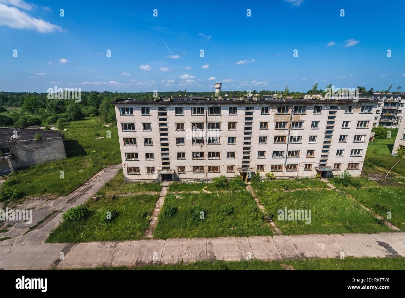 Edificios residenciales abandonados en Skrunda-1 Ghost Town, antiguo emplazamiento de la estación de radar de Dniéper soviético desde el período de la guerra fría, cerca de la ciudad de Skrunda en Letonia. Imagen De Stock
