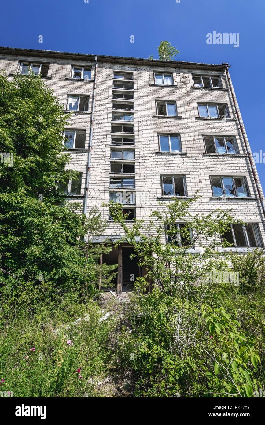 Uno de los edificios de apartamentos en Skrunda-1 Ghost Town, antiguo emplazamiento de la estación de radar de Dniéper soviético desde el período de la guerra fría, cerca de la ciudad de Skrunda en Letonia. Imagen De Stock