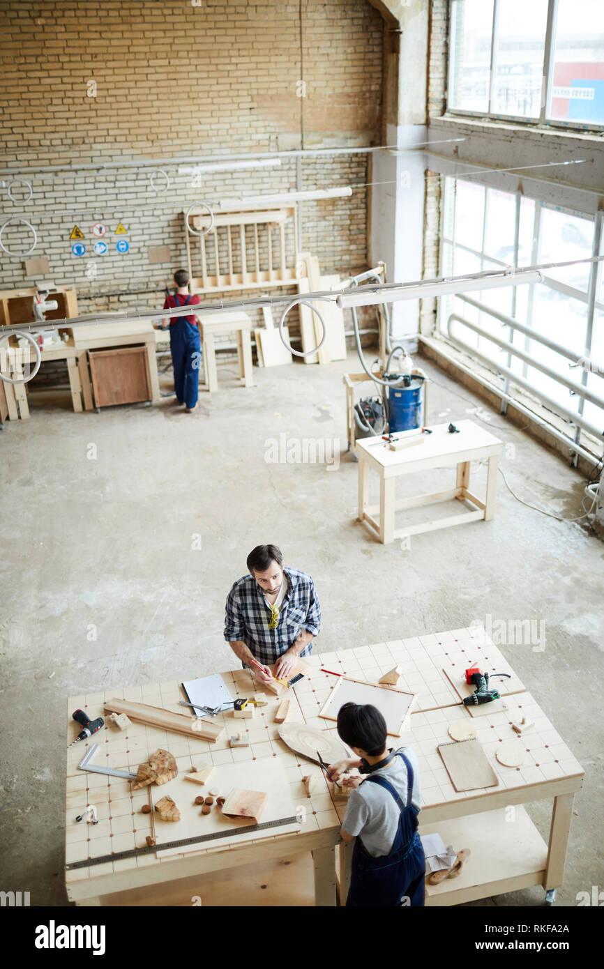 Trabajando con pequeños pedazos de madera Foto de stock