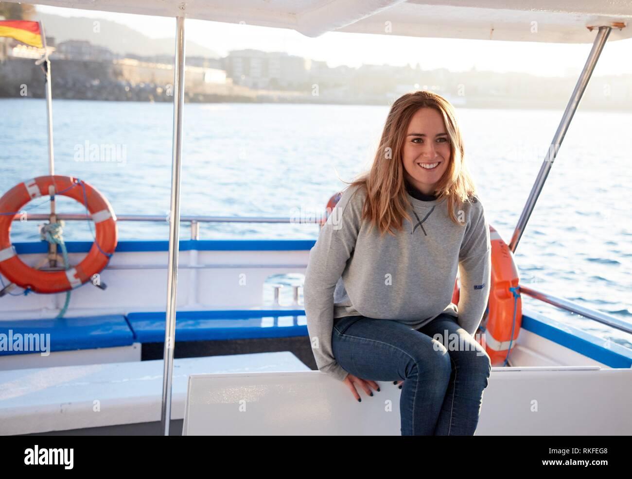 Mujer adulta en un viaje en barco a la Isla Santa Clara, Donostia, San Sebastián, Gipuzkoa, País Vasco, España, Europa Imagen De Stock