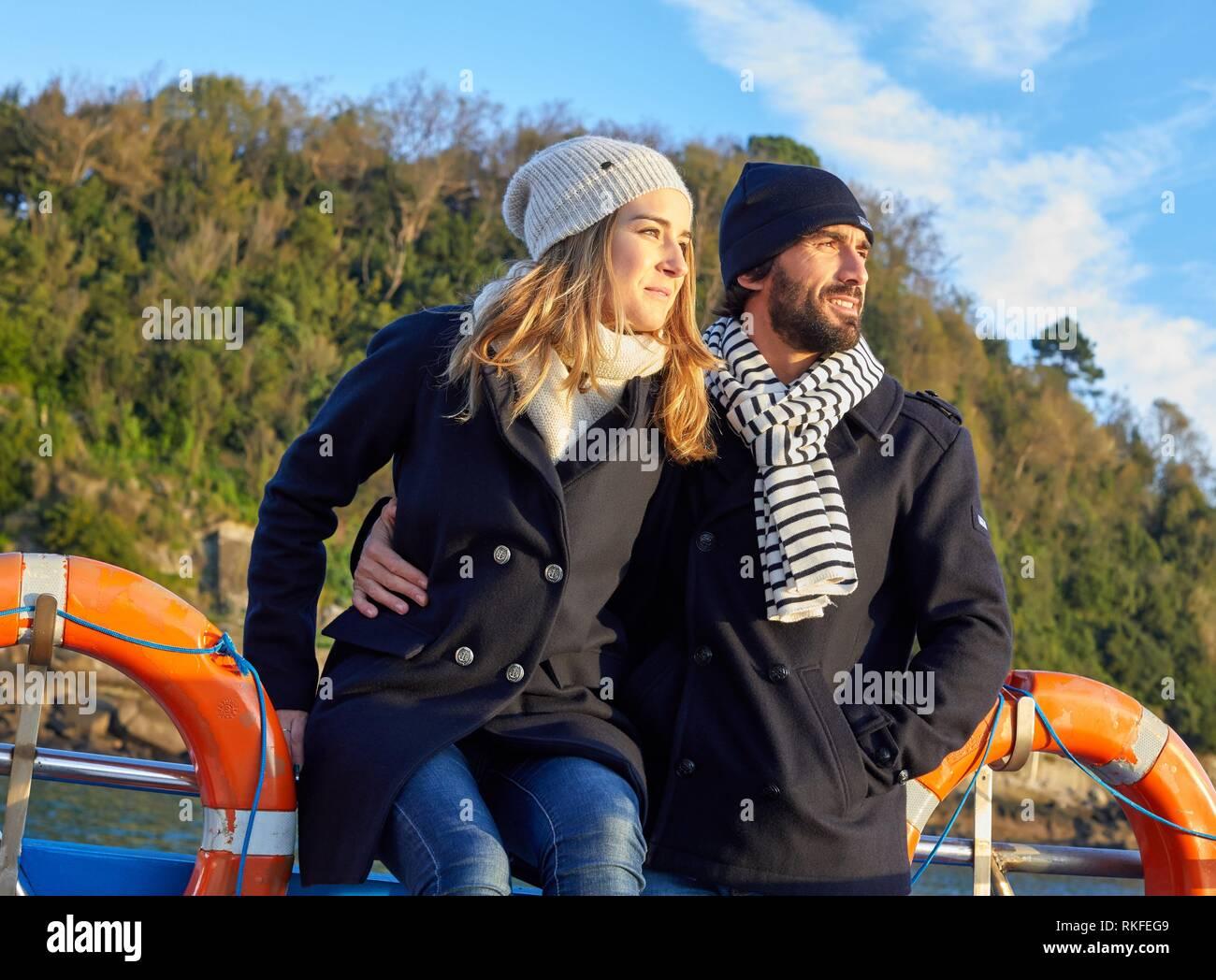 Pareja en un viaje en barco a la Isla Santa Clara, Donostia, San Sebastián, Gipuzkoa, País Vasco, España, Europa, Invierno Imagen De Stock