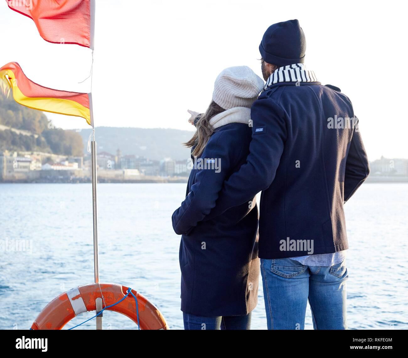 Pareja en un viaje en barco a la Isla Santa Clara, La Bahía de La Concha, Donostia, San Sebastián, Gipuzkoa, País Vasco, España, Europa, Invierno Imagen De Stock