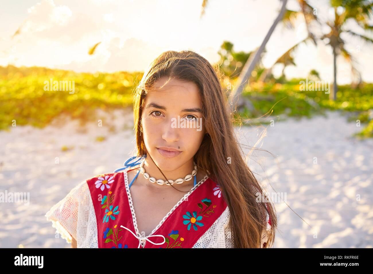 América Hermosa Niña Feliz En La Playa Caribeña Sunset Con