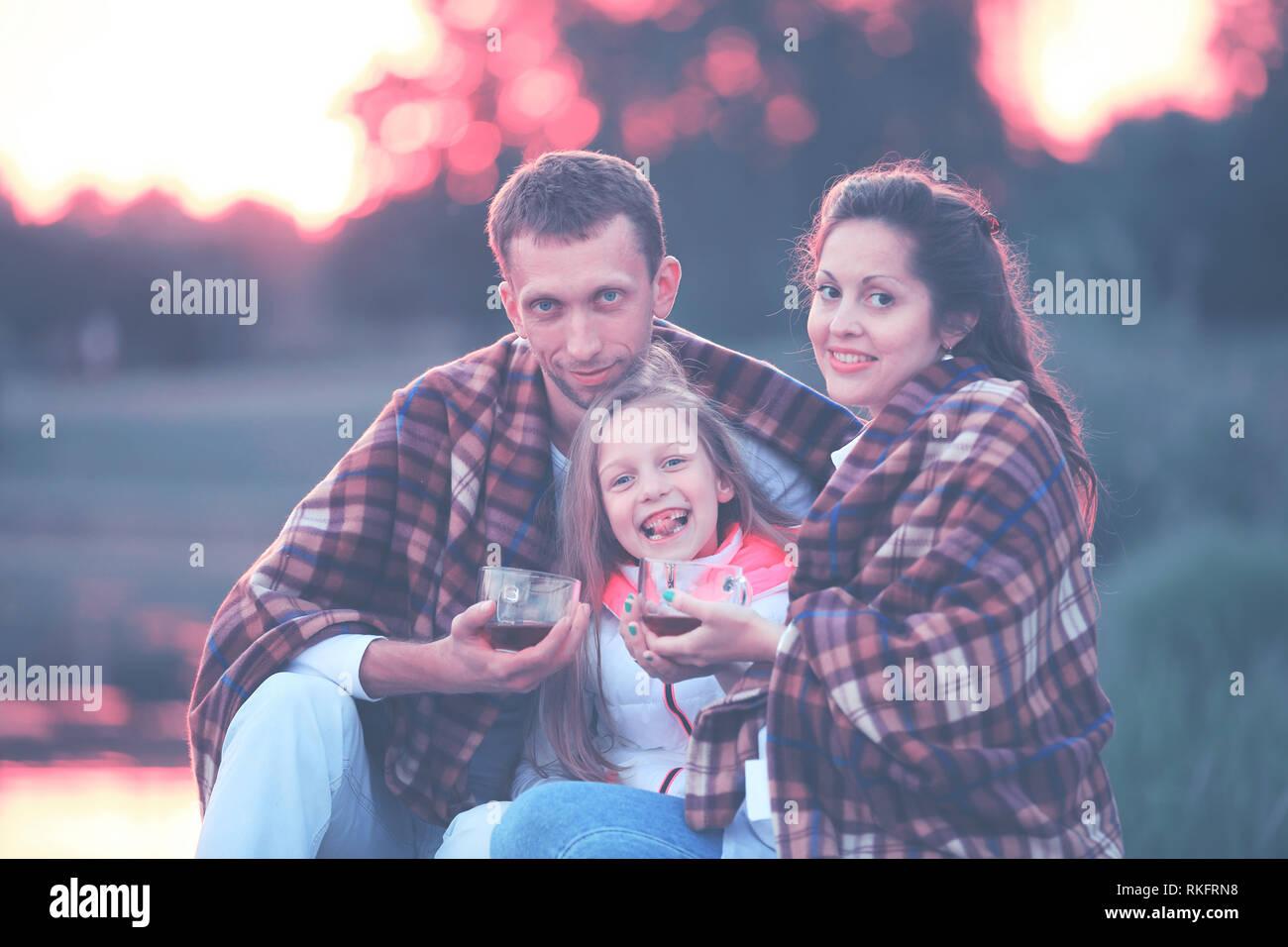 Concepto de la crianza de los hijos - una familia feliz, envuelto en un  blanke