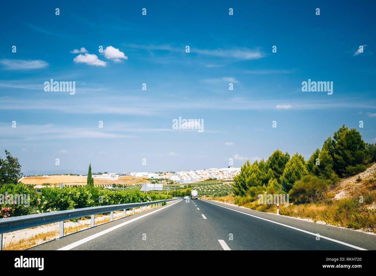 Hermosa Autopista de asfalto, Autopista, carretera carretera abierta. Concepto de viaje por carretera. Foto de stock