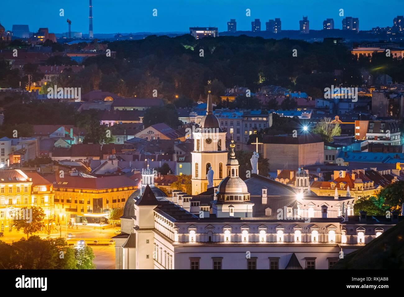 Vilna, Lituania, los países de Europa oriental. Vista aérea del centro histórico del paisaje urbano en azul horas después del atardecer. Vista de viajes de la ciudad vieja en la noche Foto de stock