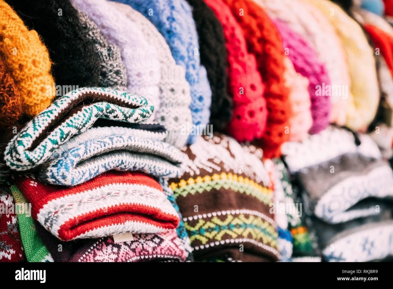 Cerrar vista de varios coloridos tejidos tradicionales ropa europea - gorras 1512af97c30