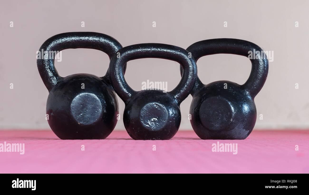 Ina kettlebell negro gimnasio - enfoque selectivo. Imagen De Stock