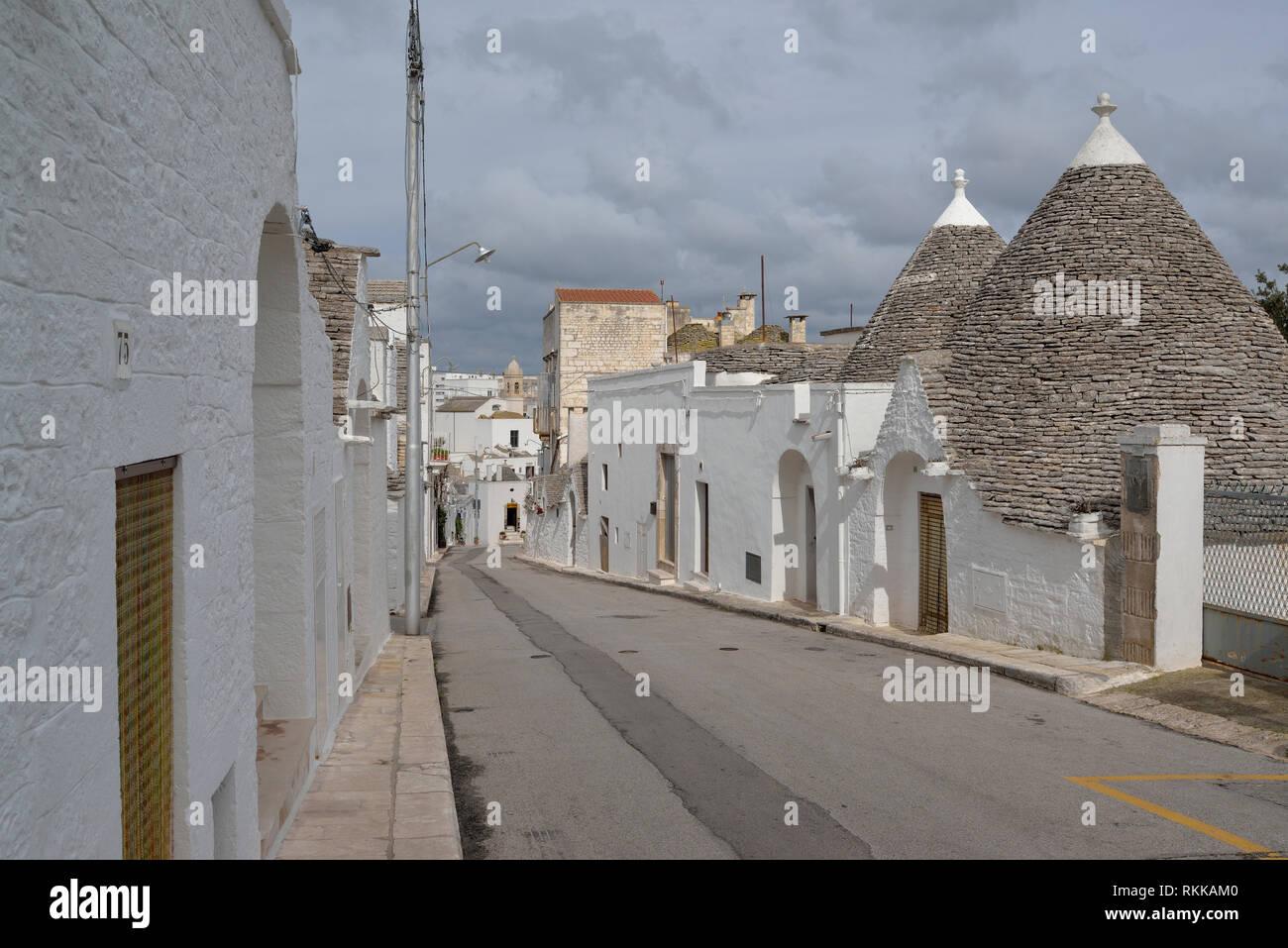 Fila de trullo casas en calle en Alberobello Imagen De Stock