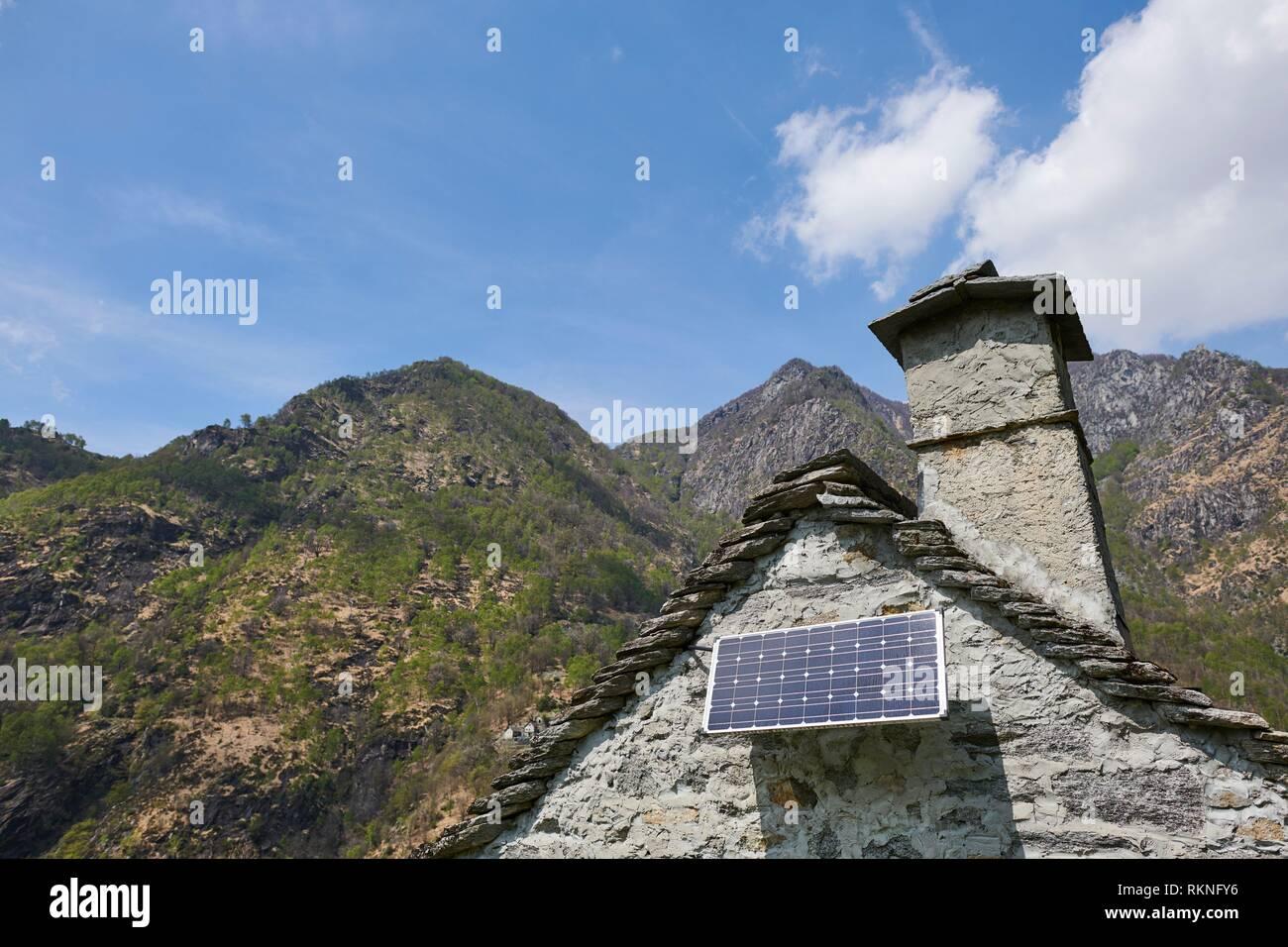 Un panel solar instalado en un edificio rústico. Maggia. Distrito de Vallemaggia. El Tesino. Swizterland. Foto de stock