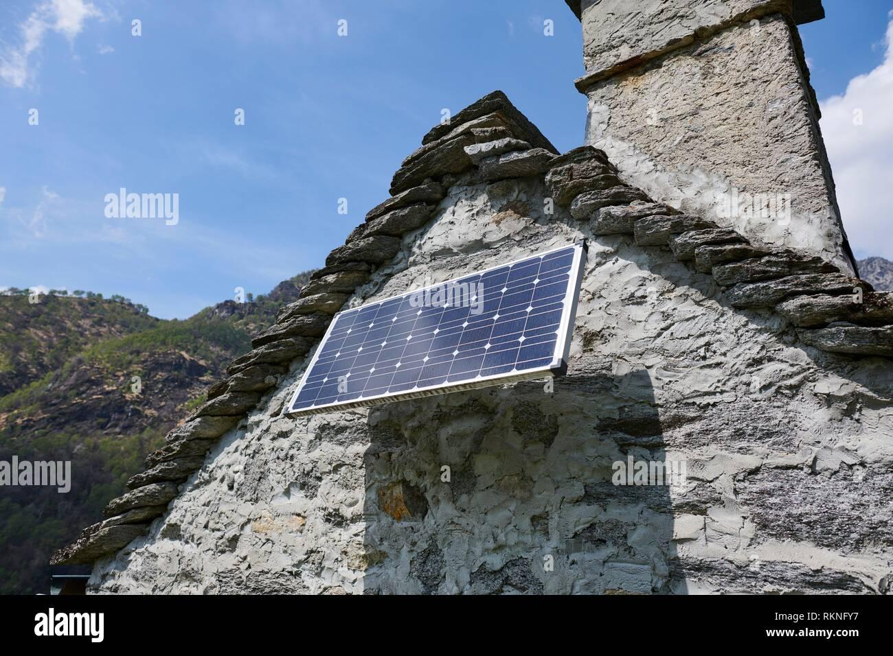 Un panel solar instalado en un edificio rústico. Maggia. Distrito de Vallemaggia. El Tesino. Suiza. Foto de stock