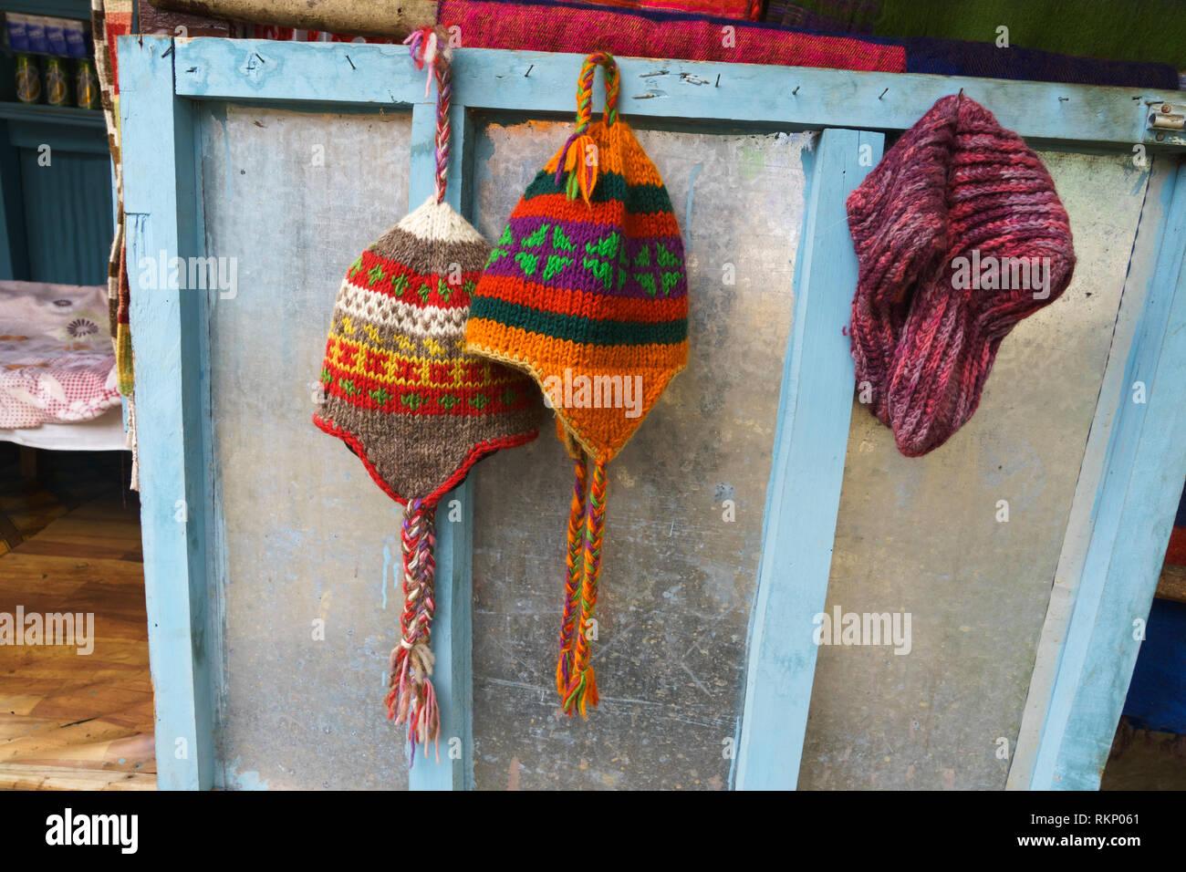 Gorros de lana a la venta en una casa de huéspedes en la región de Annapurna 77e72ef260f