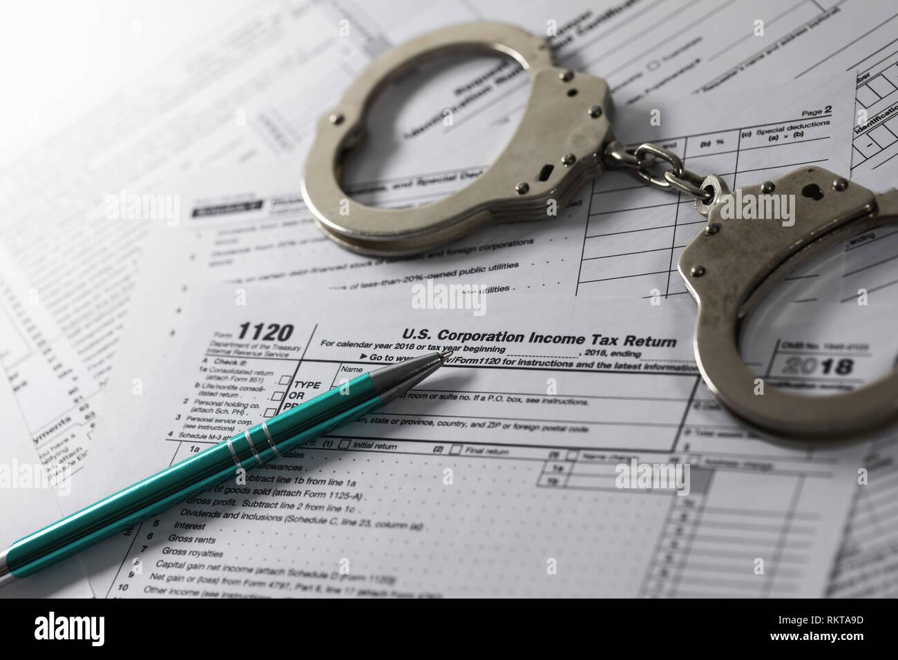 Evasión y elusión tributaria concepto. El formulario de declaración de renta anual y esposas Imagen De Stock