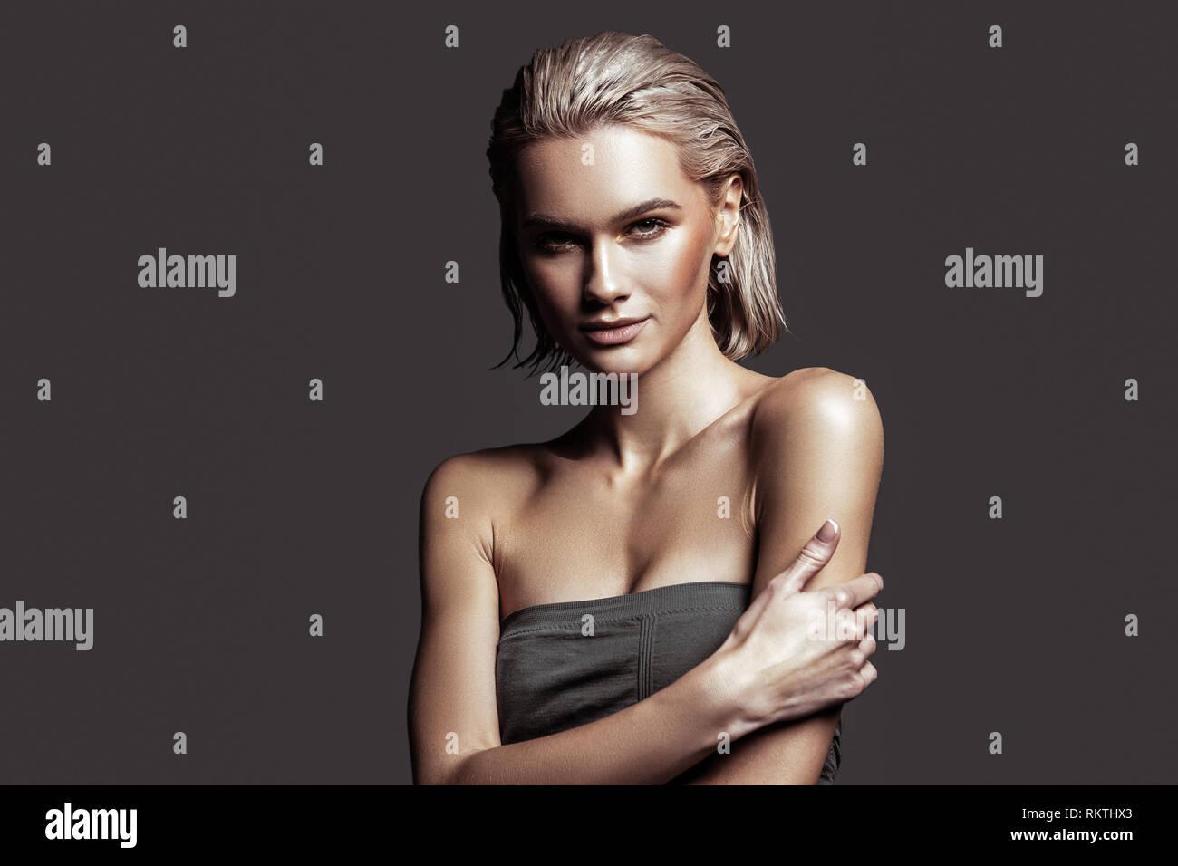 Hermosa joven modelo con maquillaje natural agradable posando Foto de stock