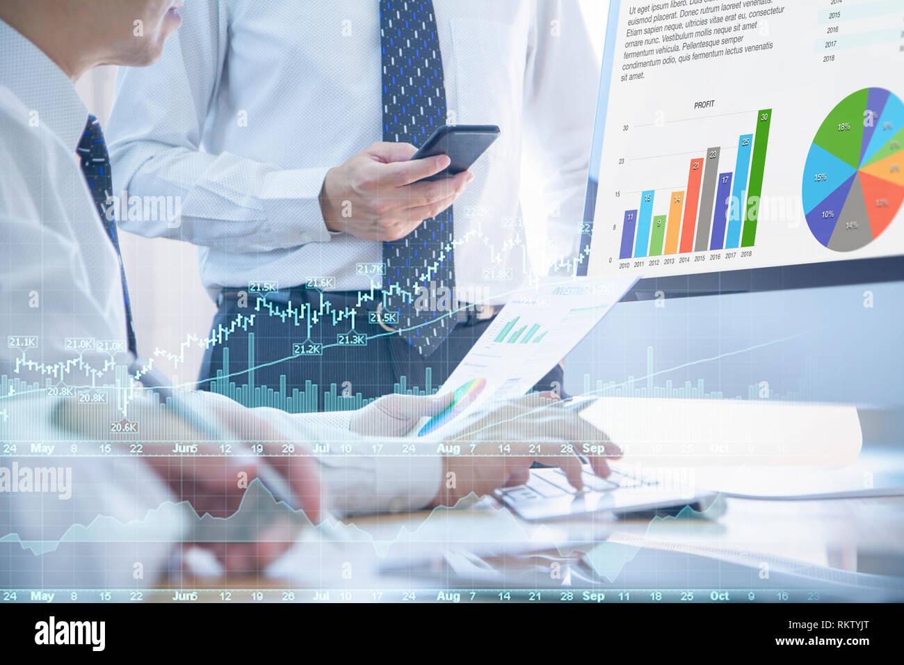 Los analistas de negocios o discutir sobre el rendimiento del negocio, análisis de riesgo de inversión y el retorno de la inversión, ROI, en la oficina. Foto de stock