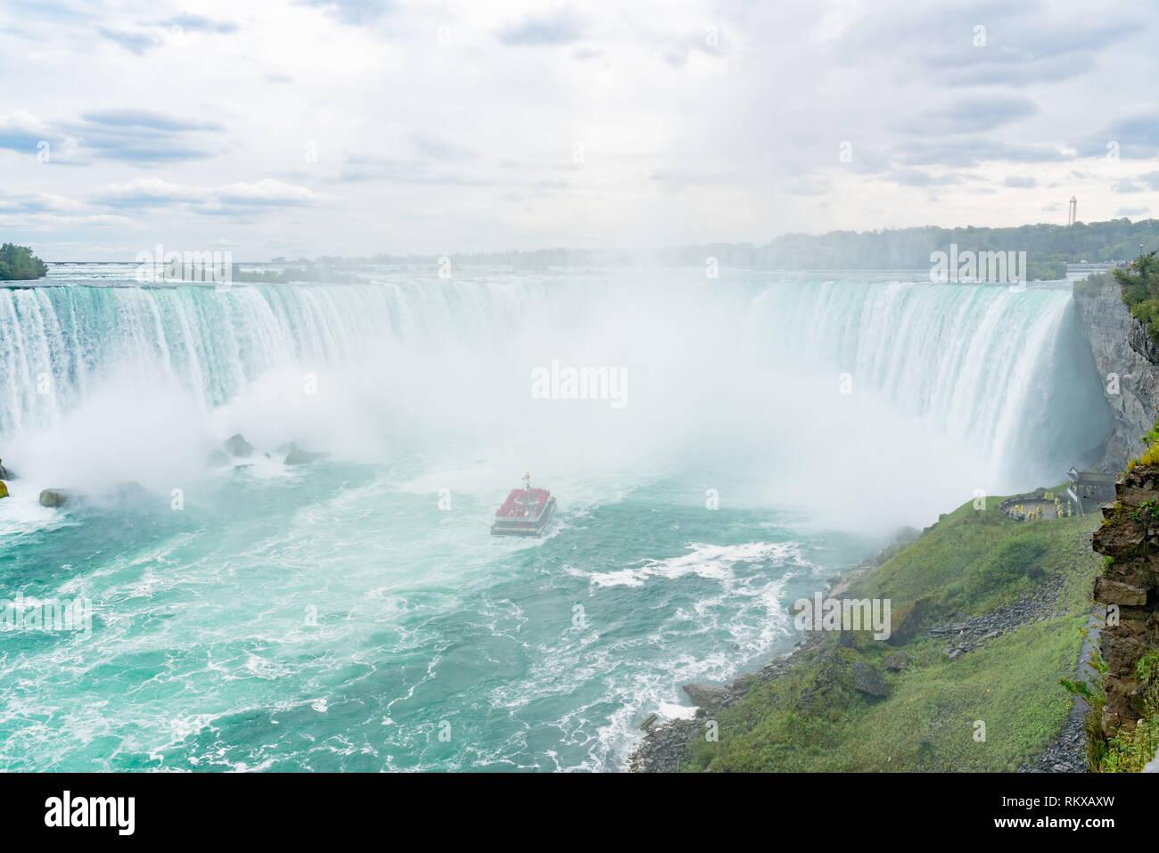 Cerca de la hermosa caída de herradura con nave cerca en Canadá Foto de stock