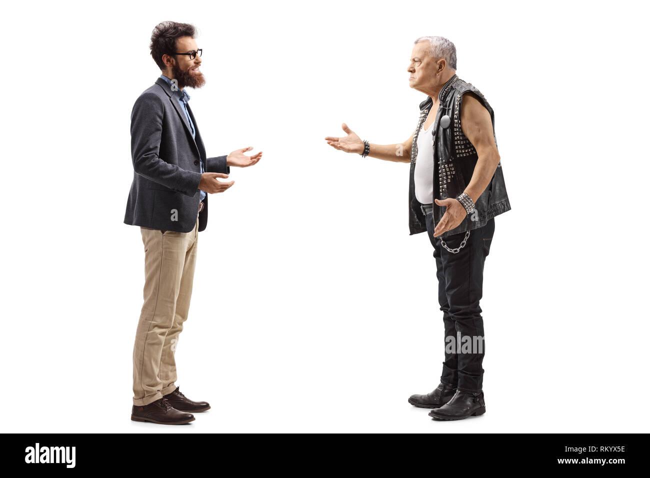 e1faffe1b Perfil de longitud completa la foto de un hombre barbado tener una  conversación con un macho