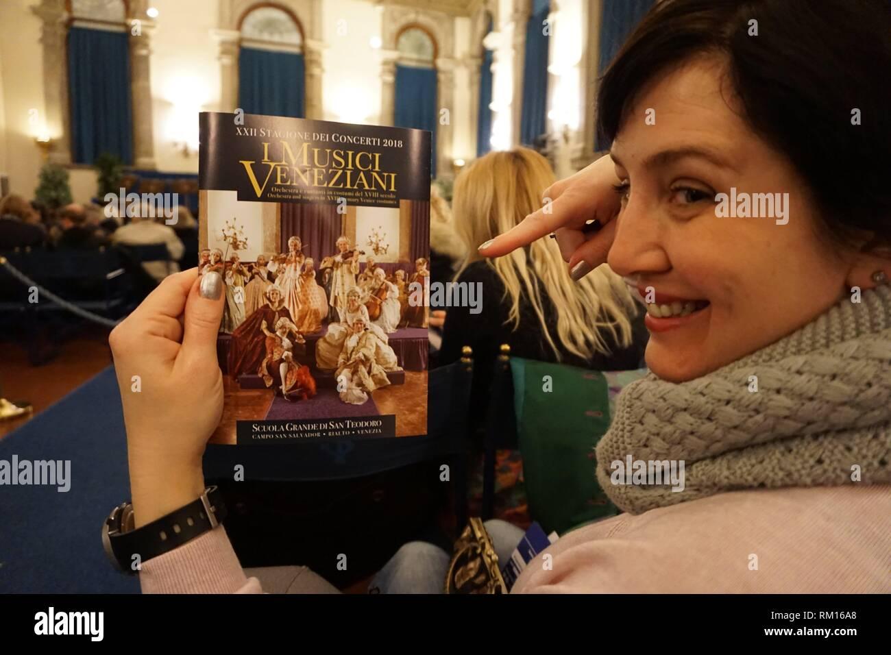Esperando a que el concierto empiece. Scuola Grande di San Teodoro, Venecia, Véneto, Italia, Europa. Foto de stock