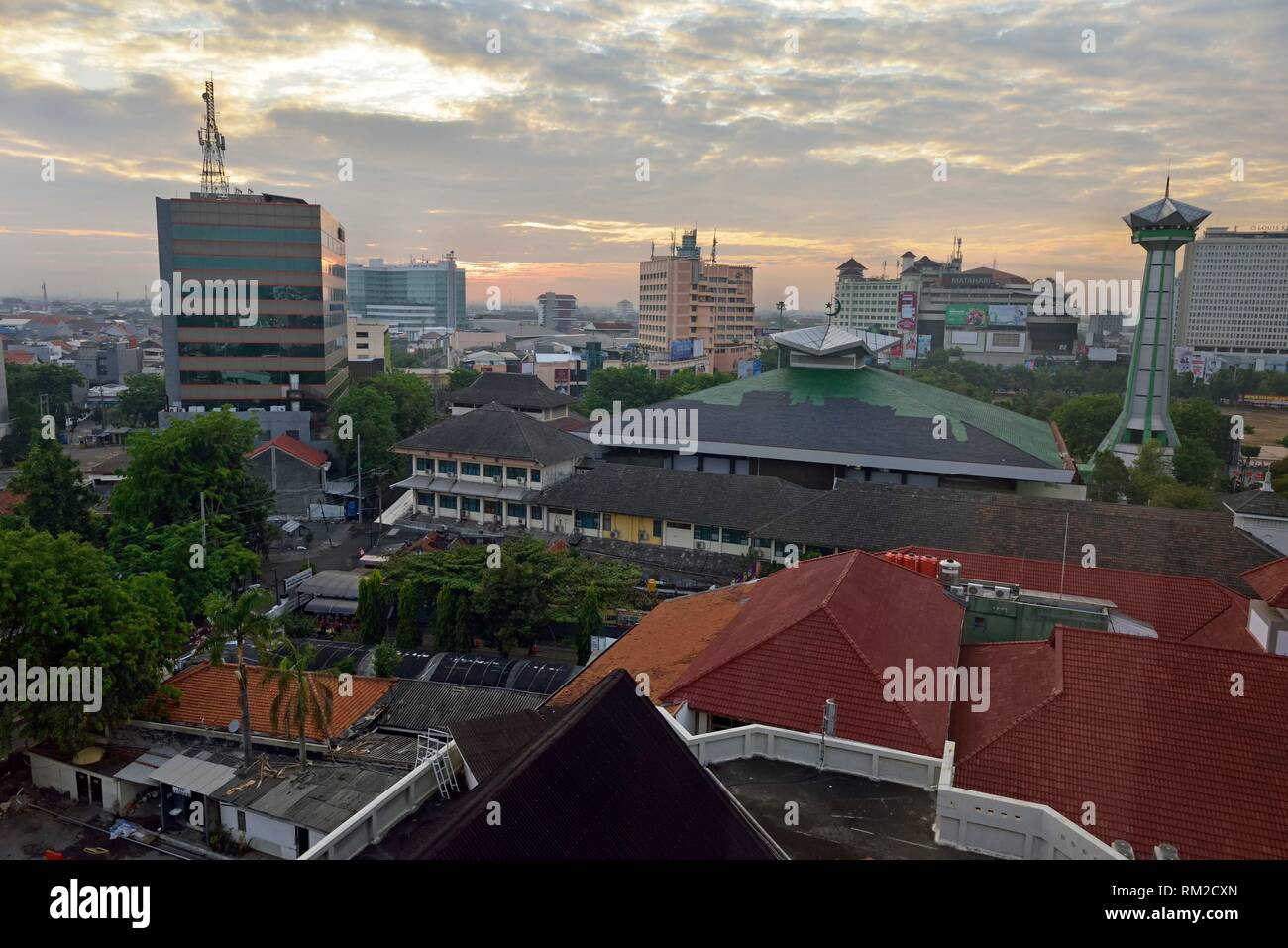 Descripción general de Semarang desde el hotel Santika Premiere, isla de Java, Indonesia, el sudeste de Asia. Imagen De Stock