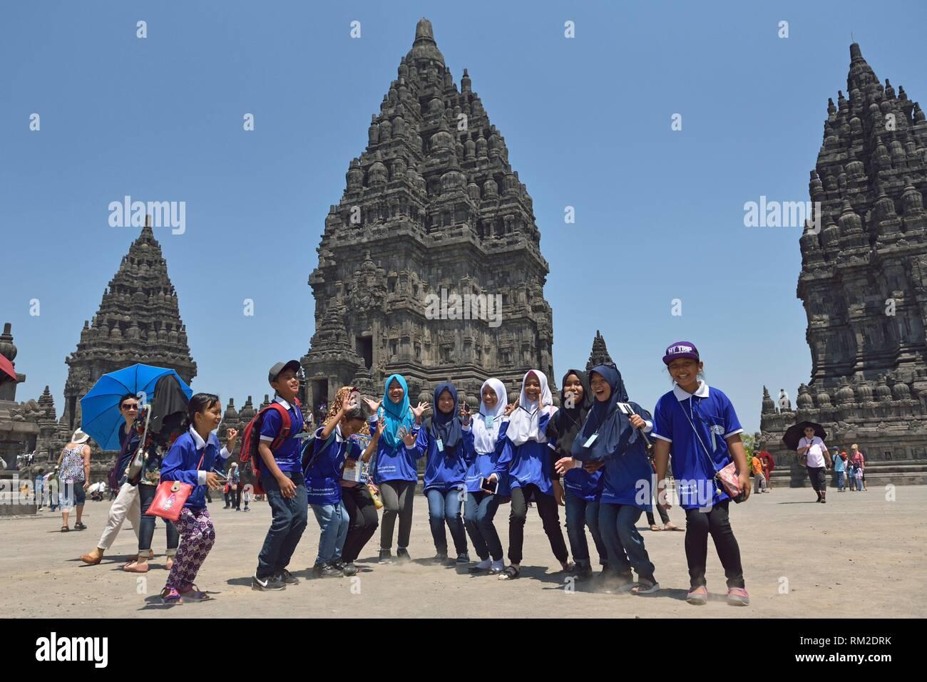 Educational School trip al templo de Prambanan compuestos, en la región de Yogyakarta, isla de Java, Indonesia, el sudeste de Asia. Imagen De Stock