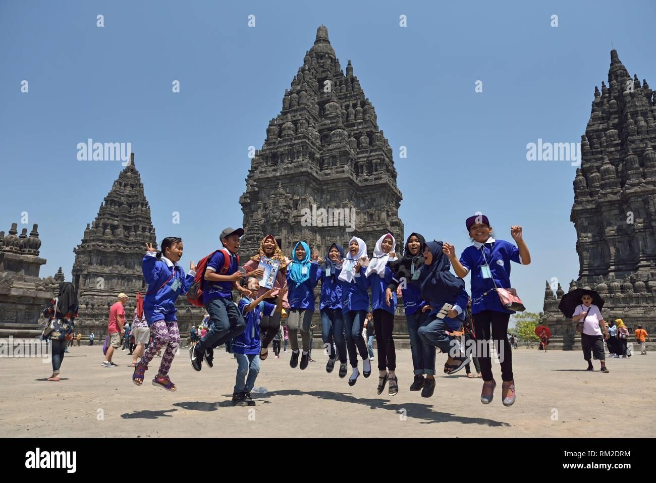 Educational School trip al templo de Prambanan compuestos, en la región de Yogyakarta, isla de Java, Indonesia, el sudeste de Asia. Foto de stock