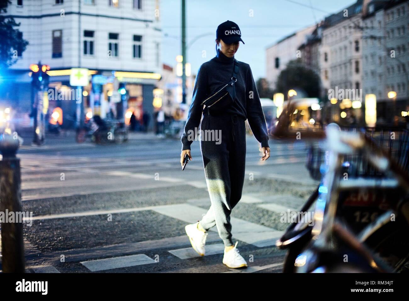 Blogger MUJER caminando en Berlín, Alemania Foto de stock