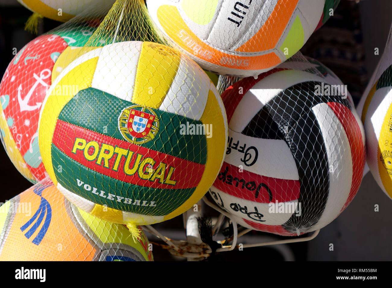Recuerdo Portugal pelotas de voleibol para la venta en una tienda turística  cerca de la playa 70561a0b95c38