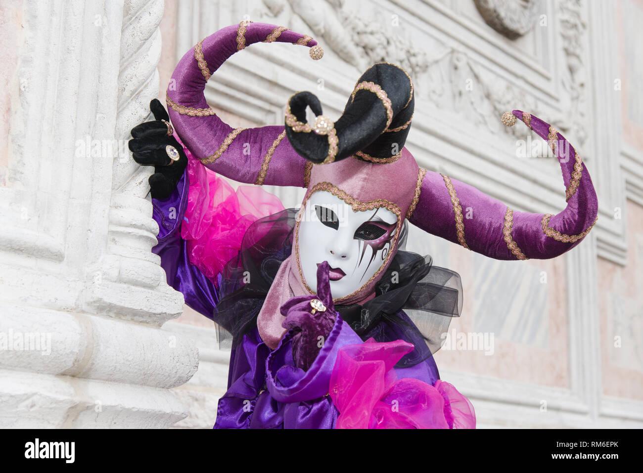 f8977d582 Un poser en Venecia durante el Carnaval de Venecia. Él está usando una  máscara y