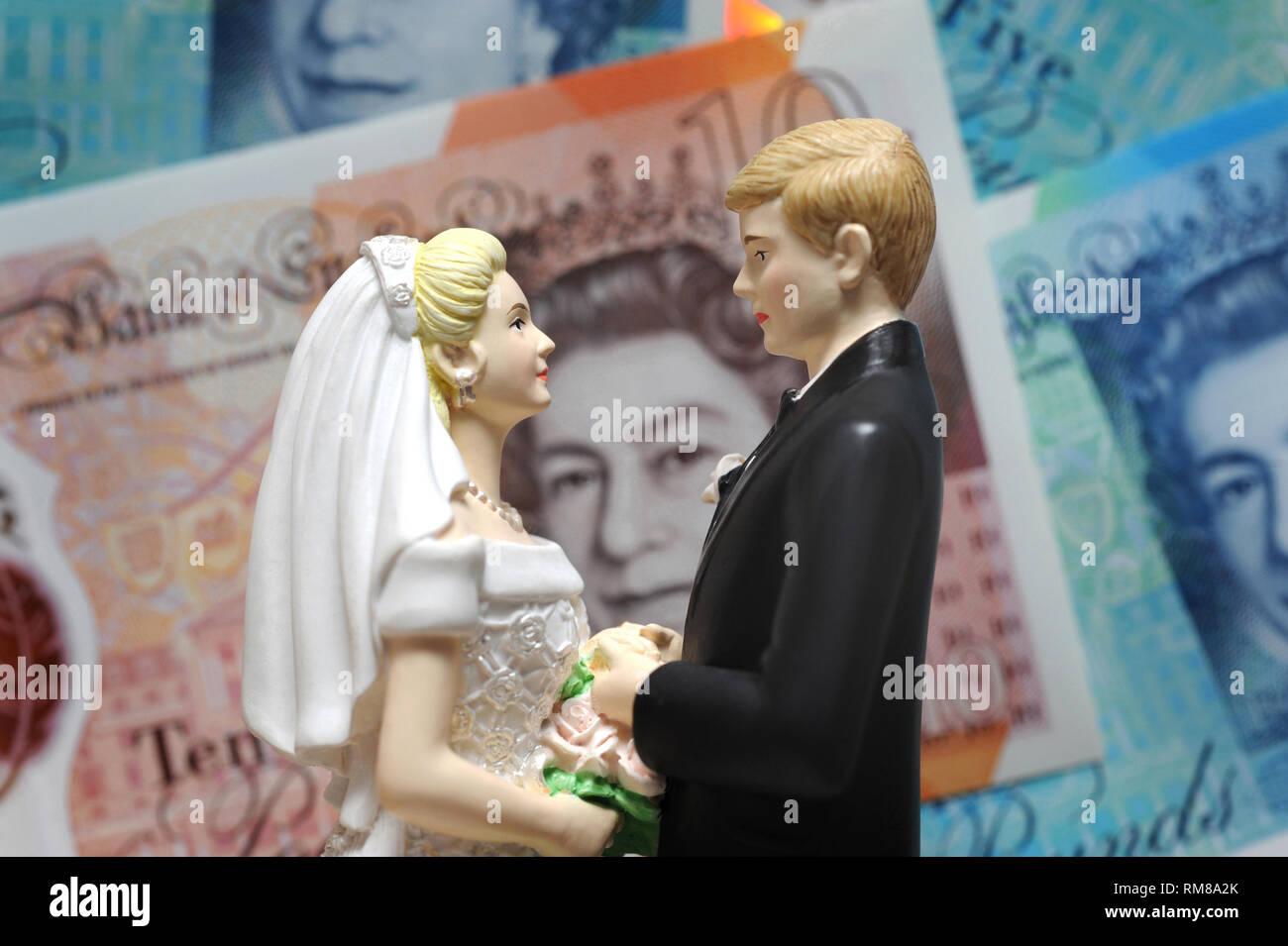 Las cifras para el novio y la novia con billetes británicos RE COSTOS DE BODA matrimonio divorcio abogados primera vez compradores de vivienda ETC UK Foto de stock