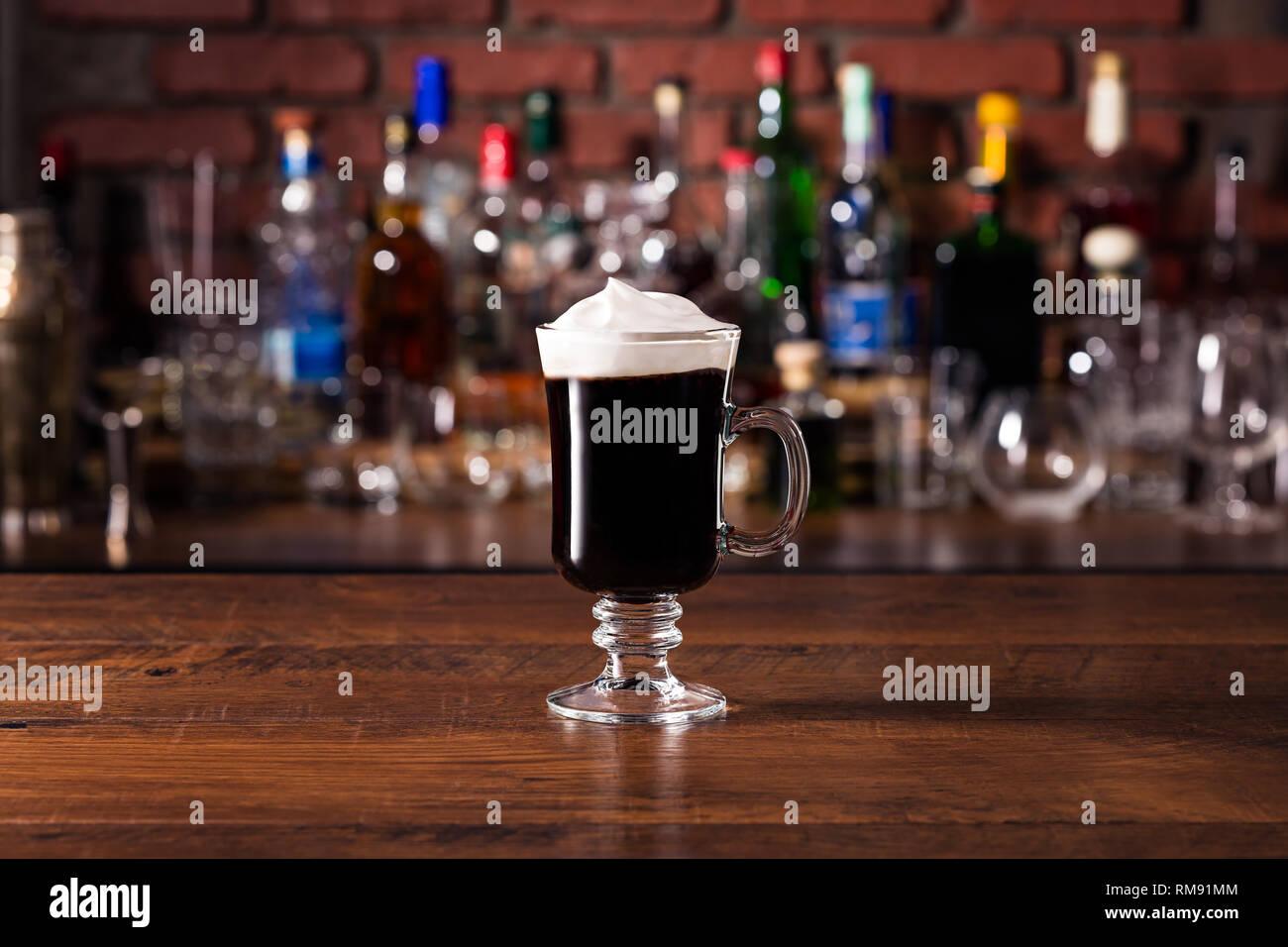 Calentar el Whiskey Irlandés Cóctel de café en una barra. Foto de stock