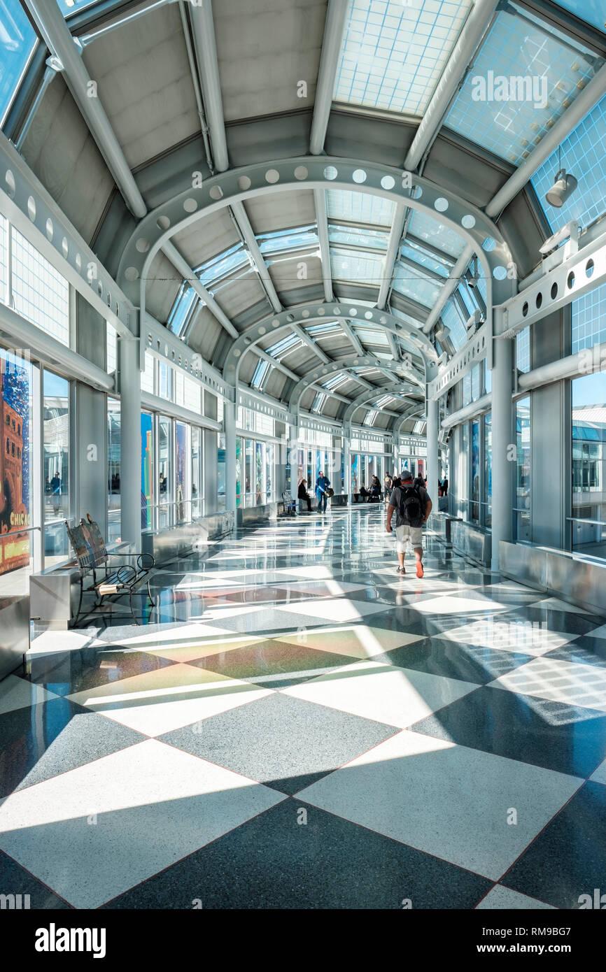 Los viajeros caminando por el Aeropuerto Internacional O'Hare de Chicago, United Airlines corredor Terminal 1, Chicago, Illinois, EE.UU. Foto de stock