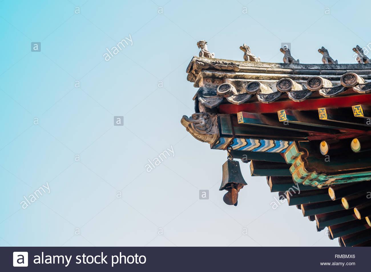 Aleros de techo tradicional china en el Templo Lama de Pekín, China Foto de stock