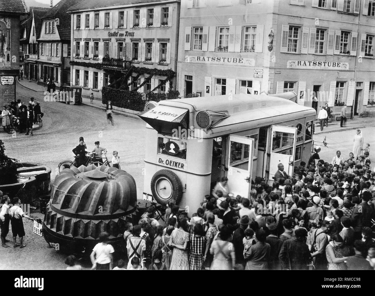 Cuando no existía la publicidad por radio y televisión, anuncios tuvo que hacerse localmente: En la década del 30 del siglo pasado Oetker envió su rolling panaderías en todo el país. Altavoz contemporáneo atrajo las llamadas de clientes, seguramente también porque uno puede probar las galletas recién horneadas inmediatamente. El enorme pastel-pan (para un 'Gugelhupf') en el remolque contenía una sensación técnica de aquel tiempo. Había un generador que suministraba electricidad a la cocción demostraciones. Imagen De Stock