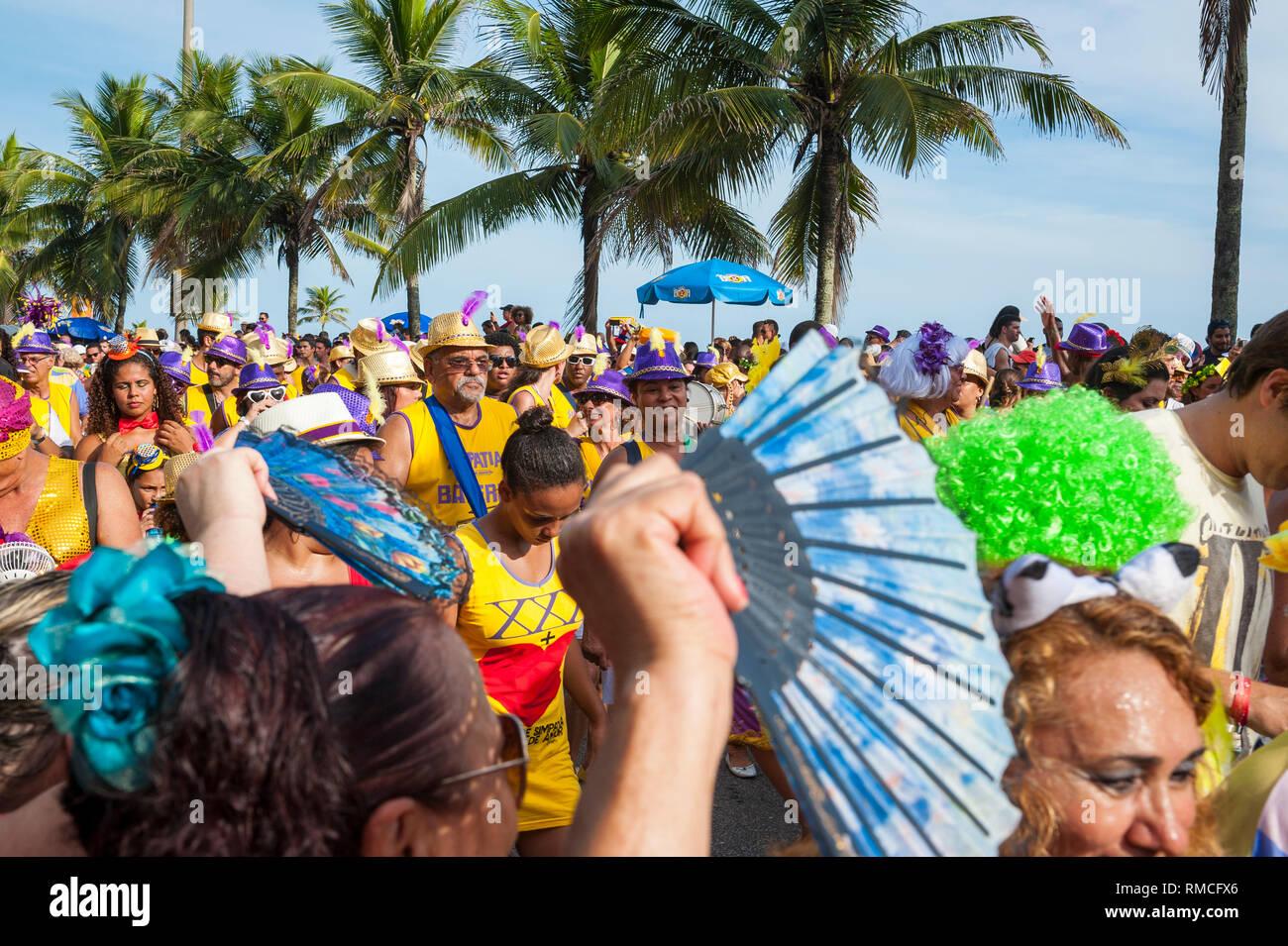 RIO DE JANEIRO - Febrero 07, 2016: Los brasileños celebran la simpatia e quase Amor Carnaval fiesta en la calle en una soleada tarde de verano en Ipanema. Imagen De Stock